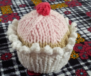 finished knitted cupcake (2)