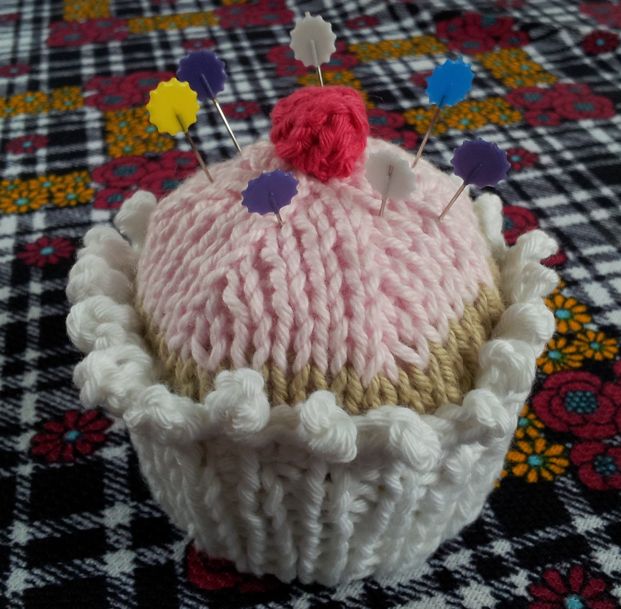 The no calorie knitted cupcake free pattern thestitchsharer pin cushion bankloansurffo Image collections