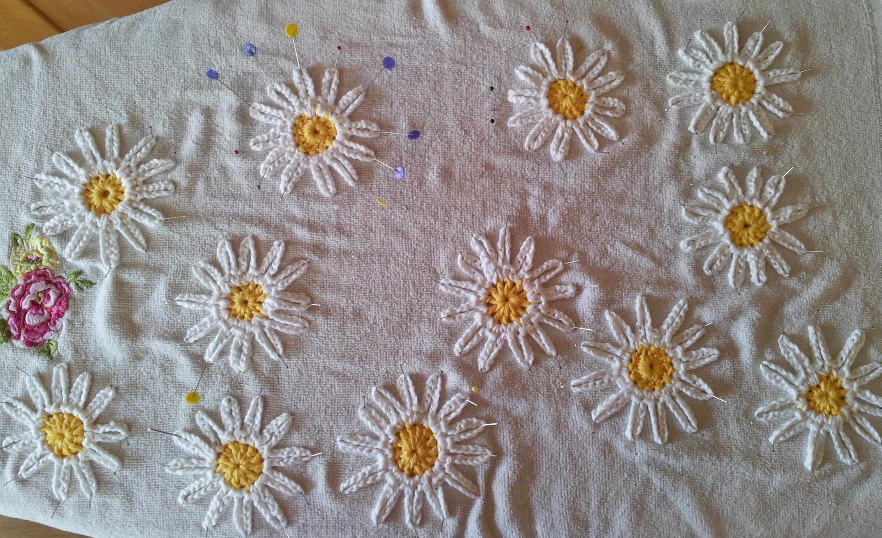 Daisy crochet bunting free pattern thestitchsharer blocking daisies blocked daisies izmirmasajfo
